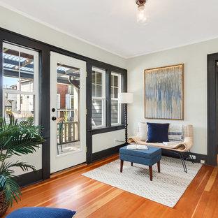 Идея дизайна: коридор в стиле современная классика с паркетным полом среднего тона, оранжевым полом и белыми стенами
