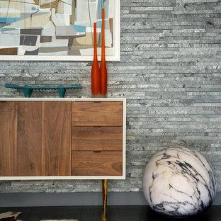 Idéer för mycket stora retro hallar, med grå väggar och mörkt trägolv