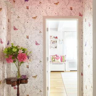 Cette image montre un couloir style shabby chic de taille moyenne avec un mur rose et un sol en bois clair.