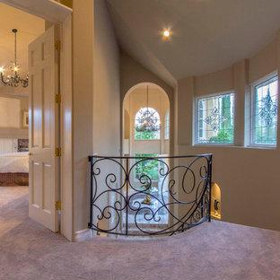 Foto di un ingresso o corridoio classico con pavimento viola
