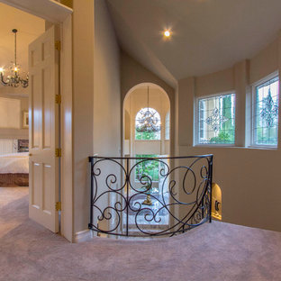На фото: коридоры в классическом стиле с фиолетовым полом