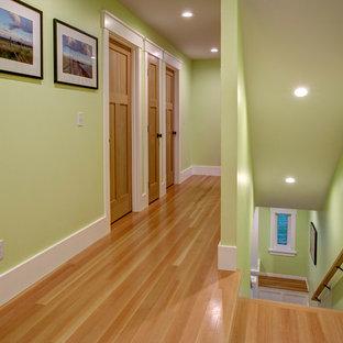 Идея дизайна: коридор среднего размера в стиле кантри с зелеными стенами и паркетным полом среднего тона
