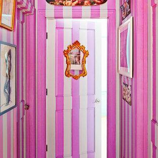 Inspiration för eklektiska hallar, med flerfärgade väggar och mellanmörkt trägolv