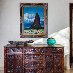 フェニックスの大きいエクレクティックスタイルのおしゃれな廊下 (ベージュの壁、ライムストーンの床、ベージュの床) の写真
