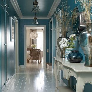 Idées déco pour un couloir classique de taille moyenne avec un mur bleu, un sol blanc et un sol en bois peint.