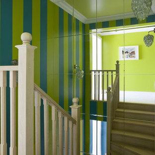 モスクワの中サイズのコンテンポラリースタイルのおしゃれな廊下 (緑の壁、淡色無垢フローリング) の写真
