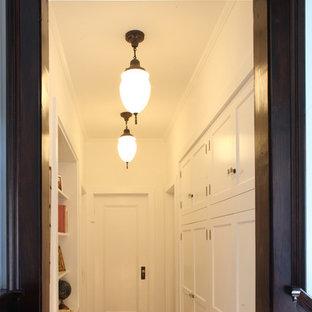 Свежая идея для дизайна: коридор среднего размера в стиле кантри с белыми стенами, темным паркетным полом и коричневым полом - отличное фото интерьера