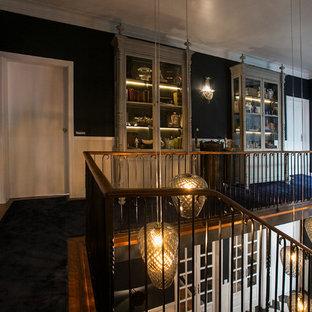 Bild på en mellanstor eklektisk hall, med blå väggar, heltäckningsmatta och blått golv