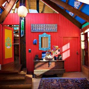 Idee per un ingresso o corridoio rustico di medie dimensioni con pareti rosse e parquet scuro
