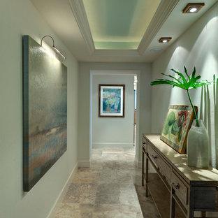 Ejemplo de recibidores y pasillos costeros con paredes grises