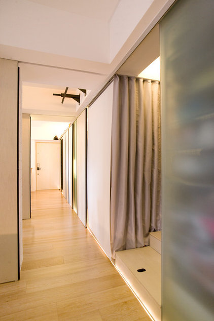 contemporary hall by Clifton Leung Design Workshop