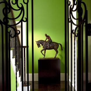 マイアミのエクレクティックスタイルのおしゃれな廊下 (緑の壁、濃色無垢フローリング、茶色い床) の写真