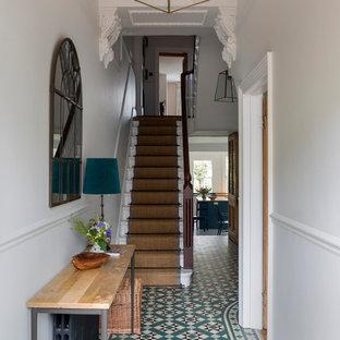 Modelo de recibidores y pasillos tradicionales, de tamaño medio, con paredes blancas, suelo de baldosas de cerámica y suelo multicolor