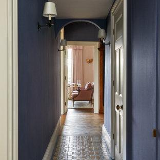 Стильный дизайн: коридор среднего размера в стиле кантри с синими стенами, полом из керамической плитки, синим полом и обоями на стенах - последний тренд