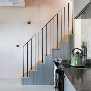 Ejemplo de recibidores y pasillos industriales con paredes rosas, suelo de cemento y suelo gris