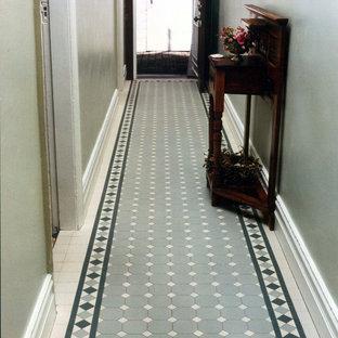 На фото: коридор в викторианском стиле с полом из керамогранита