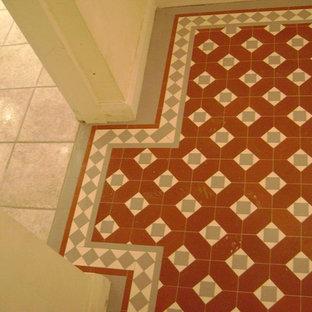 Esempio di un ingresso o corridoio vittoriano con pavimento in gres porcellanato