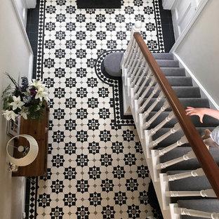他の地域のヴィクトリアン調のおしゃれな廊下 (セラミックタイルの床、マルチカラーの床) の写真