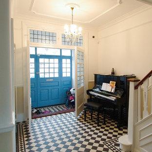 中くらいのヴィクトリアン調のおしゃれな廊下 (白い壁、テラコッタタイルの床、マルチカラーの床) の写真