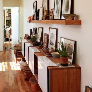 Неиссякаемый источник вдохновения для домашнего уюта: коридор в стиле фьюжн с белыми стенами