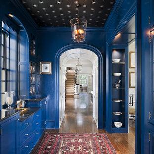Удачное сочетание для дизайна помещения: большой коридор в классическом стиле с синими стенами и паркетным полом среднего тона - самое интересное для вас