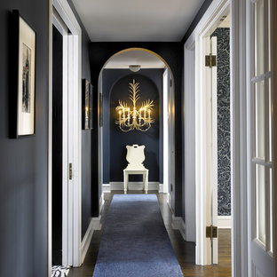 Пример оригинального дизайна: коридор в стиле фьюжн с серыми стенами и темным паркетным полом