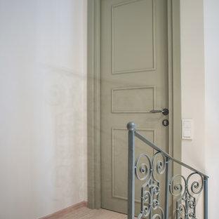 他の地域の小さいアジアンスタイルのおしゃれな廊下 (白い壁、ラミネートの床、ベージュの床) の写真