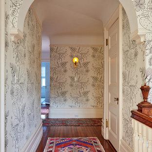 Inspiration för klassiska hallar, med flerfärgade väggar, mörkt trägolv och brunt golv