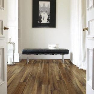 Свежая идея для дизайна: коридор среднего размера в современном стиле с белыми стенами, полом из винила и коричневым полом - отличное фото интерьера