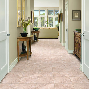 На фото: коридор среднего размера в классическом стиле с бежевыми стенами, полом из керамической плитки и розовым полом