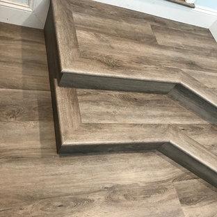 Idéer för en liten klassisk hall, med vinylgolv, brunt golv och blå väggar