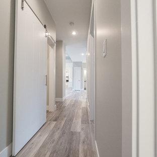 Idéer för mellanstora rustika hallar, med grå väggar, vinylgolv och flerfärgat golv