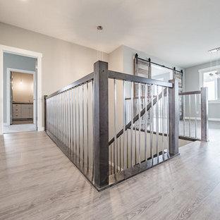 Idéer för en mellanstor shabby chic-inspirerad hall, med grå väggar och grått golv