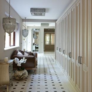 ロンドンの中くらいのヴィクトリアン調のおしゃれな廊下 (白い壁、セラミックタイルの床) の写真