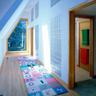 Imagen de recibidores y pasillos contemporáneos con paredes blancas y suelo de madera clara