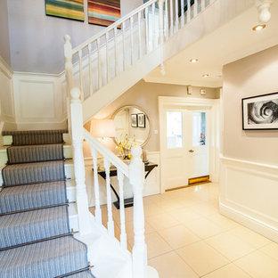 Foto de recibidores y pasillos clásicos, de tamaño medio, con paredes púrpuras y suelo de baldosas de porcelana