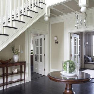 Idée de décoration pour un couloir tradition avec un sol en bois foncé et un sol noir.