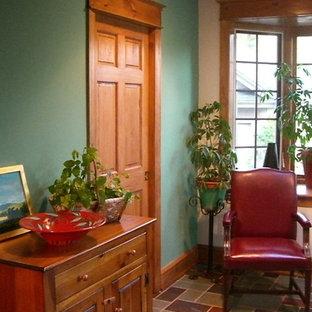 フィラデルフィアの小さいラスティックスタイルのおしゃれな廊下 (緑の壁、スレートの床、マルチカラーの床) の写真