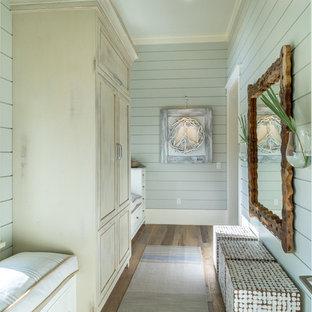 Maritimer Flur mit grüner Wandfarbe, braunem Holzboden und braunem Boden in Jacksonville