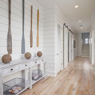 Пример оригинального дизайна: узкий коридор в морском стиле с белыми стенами, светлым паркетным полом и бежевым полом