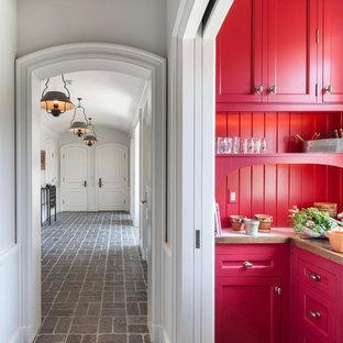 Новые идеи обустройства дома: коридор в стиле фьюжн с белыми стенами, серым полом и полом из известняка