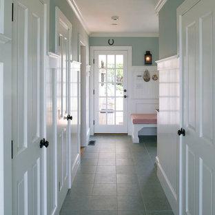 На фото: коридор среднего размера в классическом стиле с разноцветными стенами, полом из керамической плитки и синим полом с