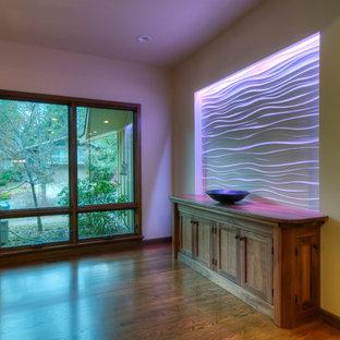 Mittelgroßer Asiatischer Flur mit beiger Wandfarbe, hellem Holzboden und braunem Boden in Seattle