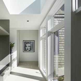 Свежая идея для дизайна: коридор в стиле модернизм - отличное фото интерьера