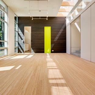 Exemple d'un petit couloir moderne avec un mur blanc et un sol en bambou.