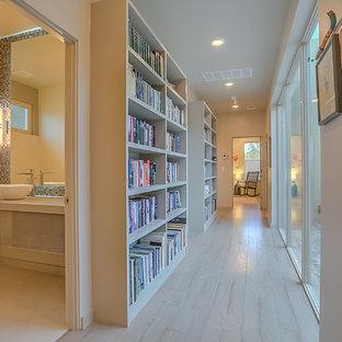 Exemple d'un couloir tendance de taille moyenne avec un mur beige et un sol en bois clair.