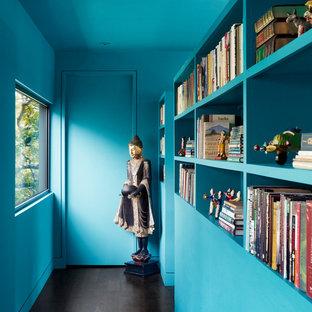 オースティンのコンテンポラリースタイルのおしゃれな廊下 (青い壁、濃色無垢フローリング) の写真