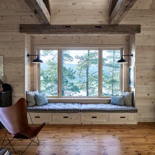 Idées déco pour un petit couloir montagne avec un mur beige, un sol en bois brun et un sol marron.