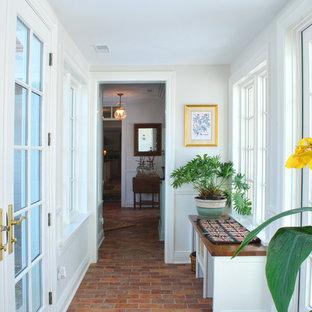 クリーブランドの中サイズのトラディショナルスタイルのおしゃれな廊下 (テラゾの床) の写真
