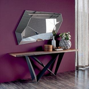 Создайте стильный интерьер: коридор среднего размера в современном стиле с фиолетовыми стенами и темным паркетным полом - последний тренд